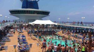 Aglomeraciones en la piscina del crucero