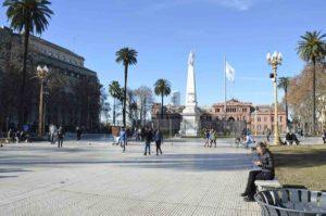 La Plaza de Mayo la Pirámide de Mayo y la casa Rosada