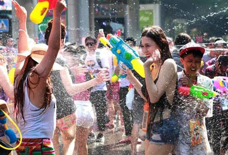 fiesta-de-agua-en-tailandia