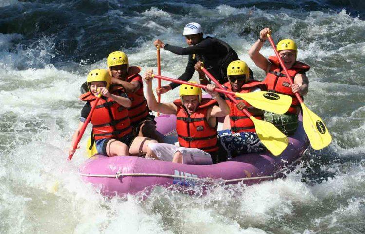 grupo de personas haciendo rafting en el rio