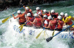 rafting grupal con cascos