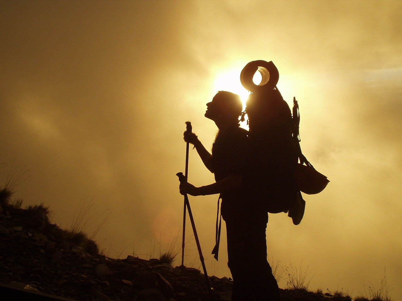 trekking-mochila-bastones